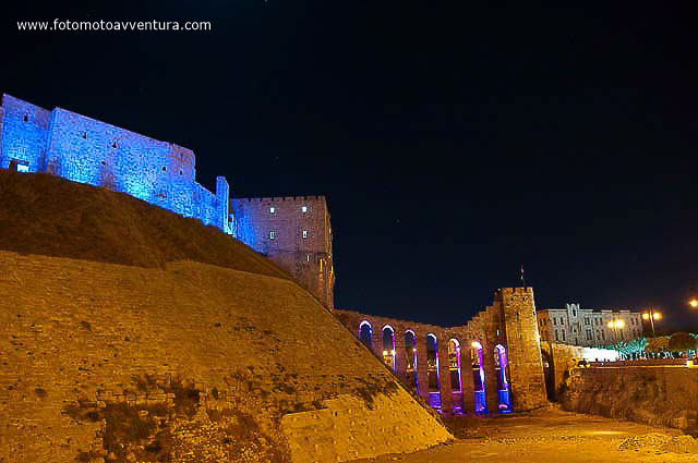 Aleppo Citadel by night Siria.jpg